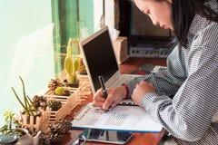 Les femmes d'affaires analyse le graphique photographie stock