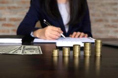Les femmes d'affaires calculent le coût chaque jour pour garder l'argent ailette images libres de droits