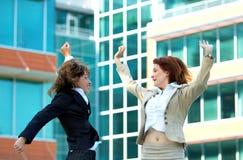 Les femmes d'affaires sautent pour la joie Image stock