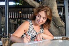 Les femmes d'affaires signent le chéquier Photo libre de droits