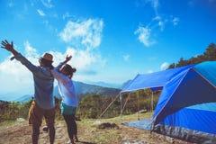 Les femmes d'amant et les Asiatiques d'hommes voyagent pour détendre le camping pendant les vacances Sur le Moutain thailand photos stock