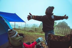 Les femmes d'amant et les Asiatiques d'hommes voyagent pour d?tendre le camping pendant les vacances Sur le Moutain thailand image libre de droits