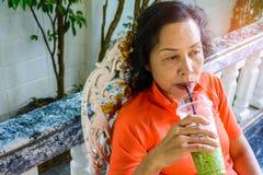 Les femmes d'une cinquantaine d'années s'asseyent lentement Photo libre de droits