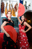 Les femmes dans des robes traditionnelles de flamenco dansent pendant Feria de Abril sur April Spain Images stock
