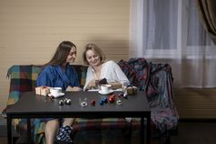 Les femmes dans des vêtements à la maison boivent du thé photo libre de droits