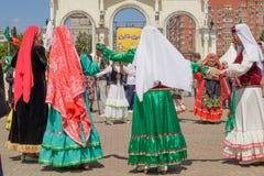 Les femmes dans des vêtements nationaux mènent une danse, tenant des mains photographie stock libre de droits