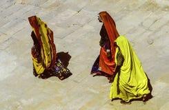 Les femmes dans des vêtements traditionnels marchent nu-pieds dans le secteur de temple dedans Images libres de droits