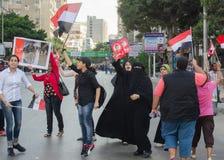 Les femmes dans la robe islamique protestent contre le Président Morsi Photographie stock libre de droits