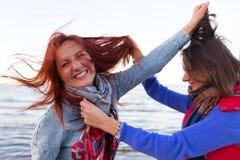 Les femmes de combat s'approchent du lac Photographie stock libre de droits