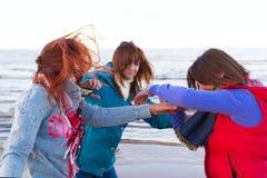 Les femmes de combat s'approchent du lac Photo libre de droits