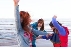 Les femmes de combat s'approchent du lac Image stock