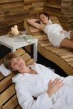 Les femmes de la pièce deux de station thermale détendent après demande de règlement Image libre de droits