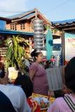 Les femmes de lundi ont mis le pot de terre sur sa tête tout en marchant Image libre de droits