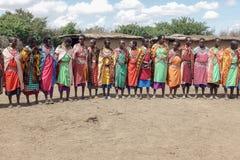 Les femmes de Maasai chantent la chanson bienvenue pour les touristes qui rendent visite à des Masais Photos stock