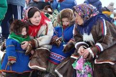 Les femmes de Nenets avec des enfants parlent entre eux Photos stock