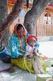 Les femmes de Tarahumara avec l'enfant Image stock