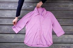 Les femmes de vue supérieure disposent la chemise rose Photo stock