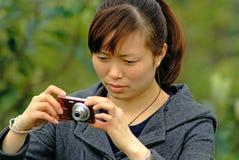 Les femmes de Yaan Chine-Un prend des photos Image stock