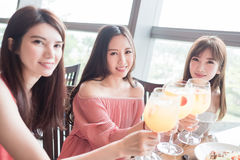 Les femmes dinent dans le restaurant Image stock