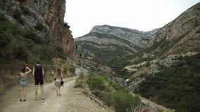 Les femmes du touriste deux de vue arrière et un homme marchent pendant l'été mignon de montagnes appréciant le voyage européen d clips vidéos