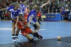 Les FEMMES EHF de HANDBALL SOUTIENT l'†de la FINALE 4 de LIGUE «CSM BUCURESTI contre ZRK VARDAR Photos libres de droits