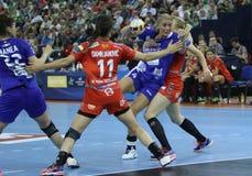 Les FEMMES EHF de HANDBALL SOUTIENT l'†de la FINALE 4 de LIGUE «CSM BUCURESTI contre ZRK VARDAR Image libre de droits