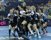 Les FEMMES EHF de HANDBALL SOUTIENT l'†FINAL « GYORI AUDI ETO kc de LIGUE contre CSM BUCURESTI Photo libre de droits