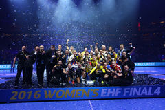Les FEMMES EHF de HANDBALL SOUTIENT l'†FINAL « GYORI AUDI ETO kc de LIGUE contre CSM BUCURESTI Photos libres de droits