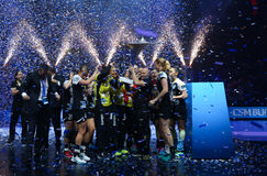 Les FEMMES EHF de HANDBALL SOUTIENT l'†FINAL « GYORI AUDI ETO kc de LIGUE contre CSM BUCURESTI Images stock