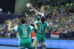 Les FEMMES EHF de HANDBALL SOUTIENT l'†FINAL «GYORI AUDI ETO kc de LIGUE contre CSM BUCURESTI Photos stock
