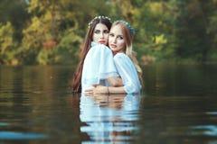 Les femmes embrassent, elles maîtresse photo stock