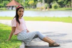 Les femmes enceintes d'Asiatique de mode tirent la photo de portrait dans le Gard Photos libres de droits