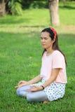 Les femmes enceintes d'Asiatique de mode tirent la photo de portrait dans le Gard Image libre de droits