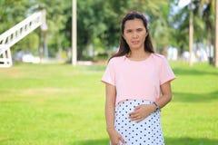 Les femmes enceintes d'Asiatique de mode tirent la photo de portrait dans le Gard Photographie stock