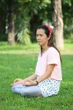 Les femmes enceintes d'Asiatique de mode tirent la photo de portrait dans le Gard Image stock