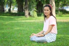 Les femmes enceintes d'Asiatique de mode tirent la photo de portrait dans le Gard Photo libre de droits