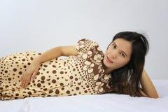 Les femmes enceintes d'Asiatique de mode tirent le portrait du brun de port Photo stock