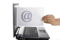 Les femmes envoient l'email Photo stock