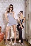 Les femmes essayent des vêtements dans la chambre photos libres de droits