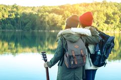 Les femmes et les amis de touristes voyagent sur la rivière Photos stock