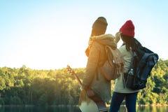 Les femmes et les amis de touristes voyagent sur la rivière Photos libres de droits
