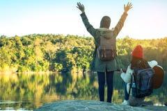 Les femmes et les amis de touristes voyagent sur la rivière Photo stock