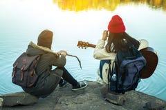 Les femmes et les amis de touristes voyagent sur la rivière Image stock