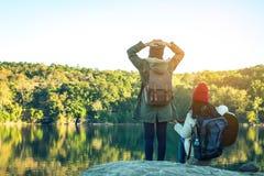 Les femmes et les amis de touristes voyagent sur la rivière Photographie stock