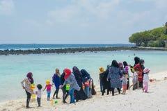 Les femmes et les enfants musulmans pendant des vacances à la plage image stock