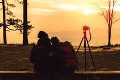 Les femmes et les hommes d'amant de photographe que les Asiatiques voyagent d?tendent pendant les vacances La montagne de photogr images libres de droits