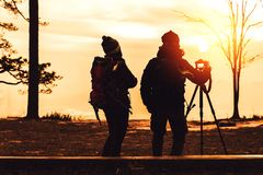 Les femmes et les hommes d'amant de photographe que les Asiatiques voyagent d?tendent pendant les vacances La montagne de photogr photo stock