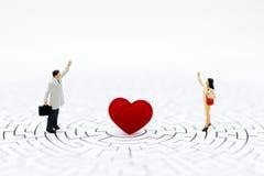 Les femmes et les hommes se tiennent vis-à-vis de, entre avec le coeur Utilisation d'image pour l'amour exprès, concept de jour d Photographie stock