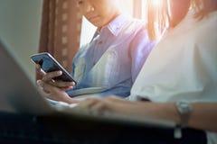 Les femmes et les hommes sont des amis Les concepts d'informatique de téléphone et de jeu font nos vies dépasser Image libre de droits