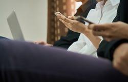 Les femmes et les hommes sont des amis Les concepts d'informatique de téléphone et d'utilisation font nos vies dépasser Photo stock
